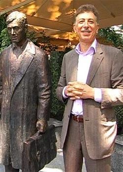 В Донецке поставили «Памятник страховому агенту». Прототипом стал Юрий Деточкин