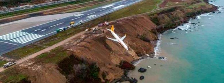 В Турции Boeing 737-800 авиакомпании Pegasus Airlines во время неудачной посадки чуть не упал в море
